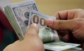 El dólar alcanzó hoy su menor cotización en un año en Uruguay