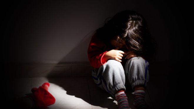 """La niña que pensaba que su nombre era """"Idiota"""" y otros casos de abuso infantil en EEUU"""