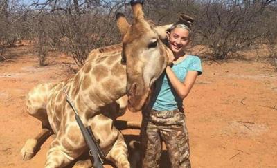 Cazadora de 12 años genera gran indignación por fotos de jirafa muerta