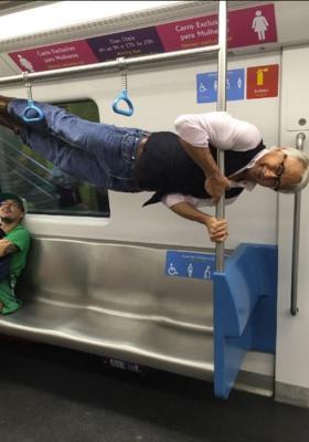 """""""Alguien ofreció a mi abuelo un asiento para gente mayor en el metro y esto es lo que hizo"""""""