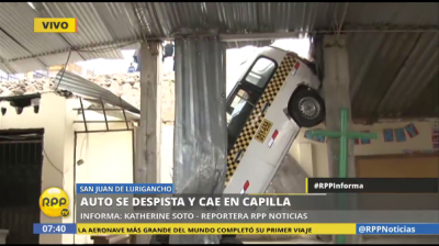 Auto se despista y queda colgado sobre una capilla en Perú
