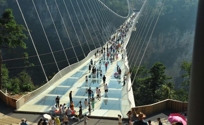 China inaugura el puente de cristal más largo y alto del mundo