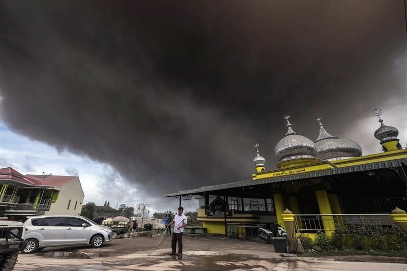 El volcán Sinabung, en Indonesia, expulsa humo hasta a tres kilómetros de altura