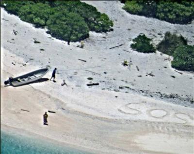 """Rescataron a dos marineros que escribieron """"SOS"""" en una playa"""