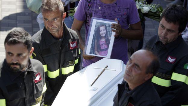 """""""Perdónanos por haber llegado demasiado tarde"""": Emotiva carta de un bombero a una niña víctima del terremoto en Italia"""