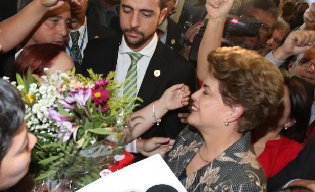 """Rousseff llegó al Senado con gritos de:""""¡Dilma, guerrera, de la patria brasileña!"""""""
