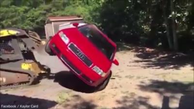 Destruye con excavadora el Audi de su hija por salir con joven que no aprueba