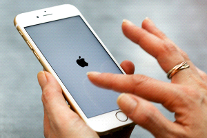 """Usuarios presentan demanda colectiva por la """"enfermedad táctil"""" del iPhone 6"""