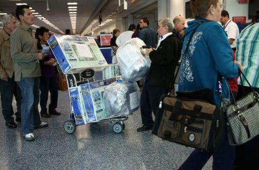 Los vuelos comerciales a Cuba, un problema para chárteres y 'mulas' de paquetes