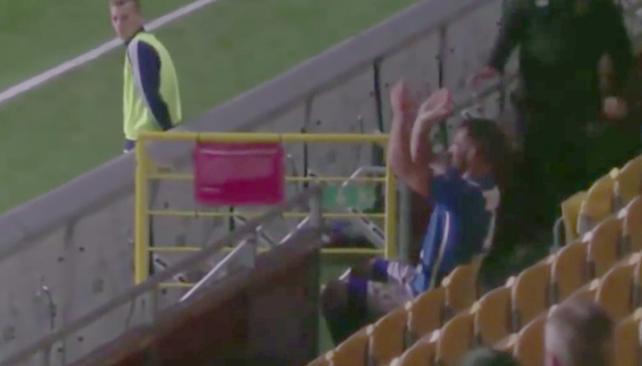 Futbolista sueco expulsado por saltar a la tribuna y aplaudirse a sí mismo
