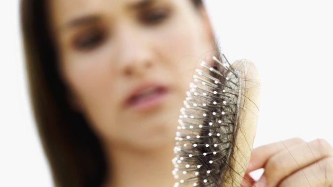 ¿Por qué se nos cae el cabello y cuándo nos debemos alarmar?