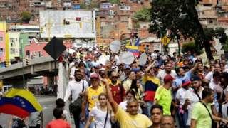 """""""El revocatorio sería lo más pacífico"""": miles de personas piden el referendo para sacar a Maduro del gobierno en Venezuela"""