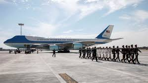 Funcionarios de EEUU y China se enzarzan a los pies del Air Force One