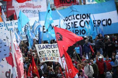 Miles de personas de toda Argentina inundaron Buenos Aires contra el