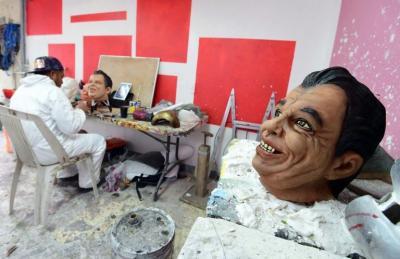 Crean miles de máscaras del fallecido ídolo mexicano Juan Gabriel