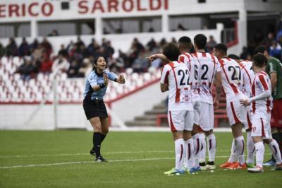 Claudia Umpiérrez rompió los moldes y por primera vez en el fútbol uruguayo dirigió un encuentro de la Primera División