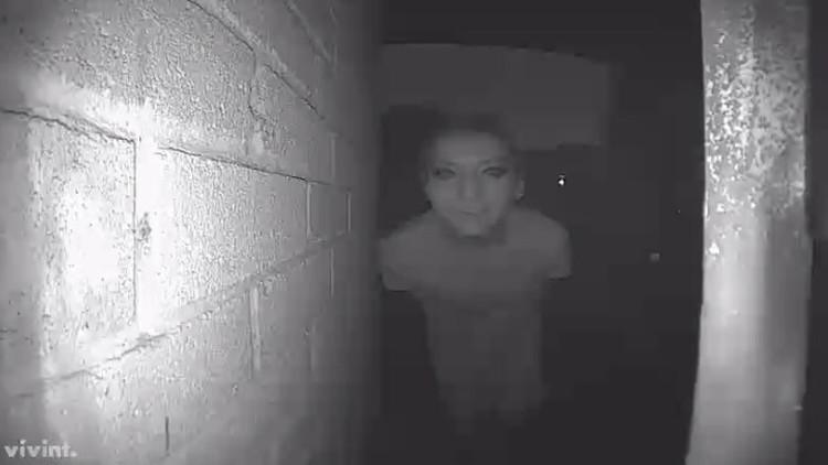 Desaparece tras publicar en la Red esta foto de un extraño en la puerta de su casa