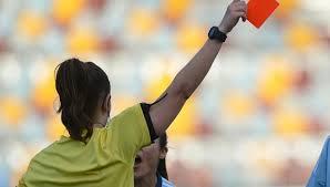 A una árbitra de fútbol la mandan 'a fregar platos' y suspende el partido