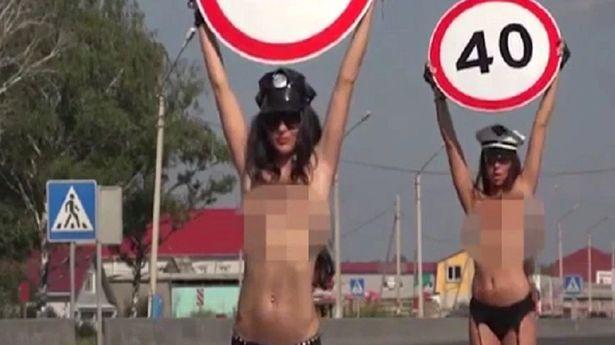 Mujeres en provocativa ropa interior anuncian los límites de velocidad en Rusia